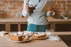 Pasticcerie dei dolci della compressa di stile di vita di hobby di blogger dell'alimento immagine stock