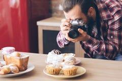 Pasticcerie dei dolci della foto di stile di vita di hobby di blogger dell'alimento fotografia stock libera da diritti