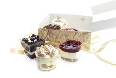 Pasticcerie deliziose e varie in una scatola su un primo piano bianco del fondo immagini stock