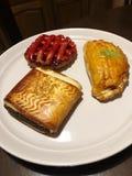 Pasticcerie deliziose sulla vista del piatto della prima colazione fotografia stock