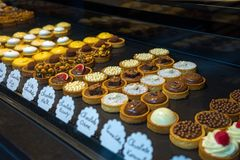Pasticcerie della frutta, della bacca e del dessert dei tortini del choclate fotografie stock libere da diritti