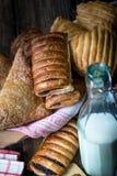 pasticcerie della prima colazione con il papavero ed il latte immagini stock libere da diritti