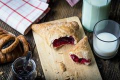 pasticcerie della prima colazione con inceppamento e latte fotografia stock