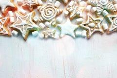 Pasticcerie di Natale, biscotti del pan di zenzero sulla tavola strutturata bianca fotografia stock libera da diritti