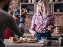 Pasticcerie di stile di vita delle coppie di affari di blogging dell'alimento fotografia stock