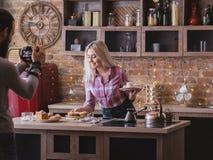 Pasticcerie di stile di vita delle coppie di affari di blogging dell'alimento immagine stock