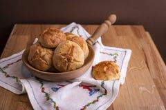 Pasticcerie dolci casalinghe su una tavola di legno Spazio libero per testo Dolci di inverno immagini stock libere da diritti