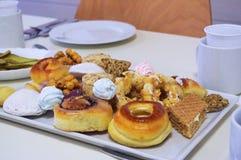 Pasticcerie, dolci e sweetys differenti della baklava del primo piano casalingo di recente al forno su un piatto quadrato fotografia stock