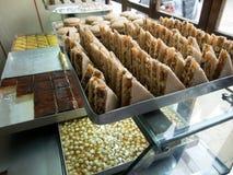 Pasticcerie dolci su un mercato morrocan fotografia stock libera da diritti