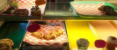 Pasticcerie e biscotti restanti nel negozio di gelato Fotografie Stock