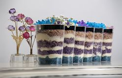 Pasticcerie e dolce che si trovano in piatto e vetri immagine stock