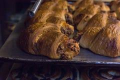 pasticcerie e pane di cottura in un forno ad un forno immagine stock