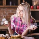 Pasticcerie femminili della meringa del forno dolce casalingo fotografie stock