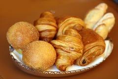 Pasticcerie francesi, croissant e pane bianco deliziosi eccellenti fotografia stock