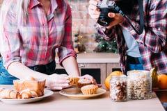 Pasticcerie fresche dei muffin della foto del dessert di blogger dell'alimento fotografie stock