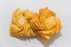Pasticcerie fritte con la cotogna dolce e batata tipiche della gastronomie dell'Argentina immagini stock libere da diritti