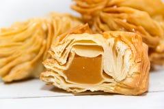 Pasticcerie fritte con la cotogna dolce e batata tipiche della gastronomie dell'Argentina fotografia stock