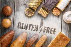 Pasticcerie libere del glutine, pane e panini su fondo di legno, fotografia del prodotto per il forno o negozio con farina fotografie stock libere da diritti