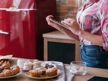 Pasticcerie online dei dolci di ricetta che cucinano forno femminile immagine stock libera da diritti