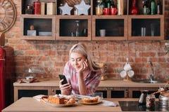 Pasticcerie online dei dolci di ricetta che cucinano forno femminile fotografia stock