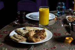 Pasticcerie, pancake tè e succo d'arancia per la prima colazione immagini stock