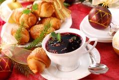 Pasticcerie rosse del lievito e del borscht per natale fotografia stock libera da diritti