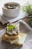Pasticcio di fegato con i pani tostati immagine stock