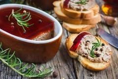 Pasticcio di fegato del pollo con la gelatina del vino rosso immagini stock