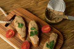 Pasticcio di fegato sul pane sul vassoio di legno Immagini Stock