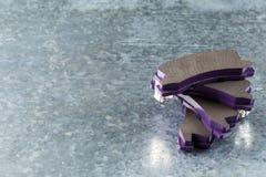 Pastilhas dos freios em um fundo cinzento foto de stock royalty free