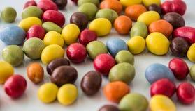 Pastilles de chocolat colorées Image stock