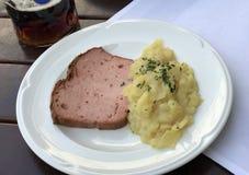 Pasto bavarese dell'insalata di patata e del polpettone Fotografie Stock Libere da Diritti