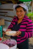 PASTO, COLÔMBIA - 3 DE JULHO DE 2016: mulher não identificada de um lugar perto do cocha do la que prepara uma sobremesa Fotografia de Stock
