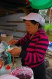 PASTO, COLÔMBIA - 3 DE JULHO DE 2016: mulher não identificada que adiciona algum coco a uma sobremesa Fotos de Stock Royalty Free