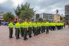 PASTO, COLÔMBIA - 3 DE JULHO DE 2016: polícia unidentied que está no quadrado center da cidade Imagens de Stock Royalty Free