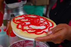 PASTO, COLÔMBIA - 3 DE JULHO DE 2016: a sobremesa preparou-se por uma mulher em um lugar perto do lago do cocha do la Imagem de Stock
