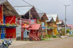 PASTO, COLOMBIA - 3 DE JULIO DE 2016: algunas tiendas del colorfull situadas en la orilla del lago del cocha del la Fotografía de archivo