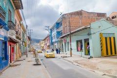 PASTO, COLOMBIA - 3 DE JULIO DE 2016: algunos taxis que conducen el canal la calle en el centro de ciudad Imágenes de archivo libres de regalías