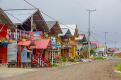 PASTO COLOMBIA - JULI 3, 2016: några trevliga och för colorfull wood hus med det tenn- taket på kusten av lagolacochaen Arkivbilder