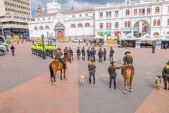 PASTO COLOMBIA - JULI 3, 2016: nationella polisen av Colombia som förbereder en exibithion med polishundkapplöpning och hästar Arkivbilder