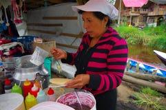PASTO, COLOMBIA - JULI 3, 2016: niet geïdentificeerde vrouw die een dessert met wafeltje en karamel voorbereiden stock foto's