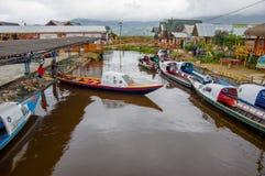 PASTO, COLOMBIA - 3 LUGLIO 2016: alcune barche hanno parcheggiato nel porto di piccola posizione nel lago di cocha della La Immagine Stock