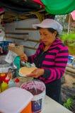 PASTO, COLOMBIA - 3 LUGLIO 2016: donna non identificata che prepara un dessert con caramello e un wafer in una posizione vicino a Fotografia Stock Libera da Diritti