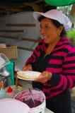 PASTO, COLOMBIA - 3 LUGLIO 2016: donna non identificata che prepara un dessert con i certi wafer, marmellata d'arance e noce di c Fotografia Stock Libera da Diritti