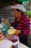 PASTO, COLOMBIA - 3 LUGLIO 2016: donna non identificata che prepara un dessert fatto dei wafer, della marmellata d'arance e del c Immagine Stock Libera da Diritti