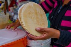 PASTO, COLOMBIE - 3 JUILLET 2016 : femmes sortant une certaine gaufrette pour préparer un dessert délicieux Photos stock