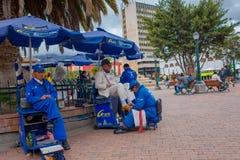 PASTO, COLOMBIE - 3 JUILLET 2016 : homme non identifié nettoyant les chaussures d'un vieil homme avec le costume blanc Photo libre de droits