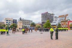 PASTO, COLOMBIE - 3 JUILLET 2016 : un certain policier se tenant dans la place centrale préparant une exposition Photos libres de droits