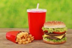 Pasto combinato del cheeseburger con le patate fritte e la cola fotografia stock