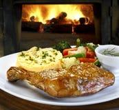 Pasto con il pollo arrostito visto sulla fine Immagine Stock